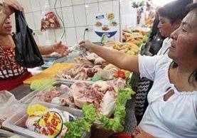 vendedores de pollo trasladaron el aumento de Q20 a la caja de pollo importado de 40 libras a los consumidores. En la actualidad la libra se cotiza en Q7.50.