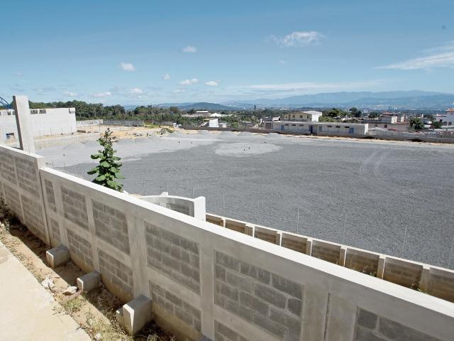 La construcción del polideportivo ubicado en la zona 1 de Mixco lleva el 55 por ciento de avance y se espera un dictamen de la Contraloría para seguir. (Foto Prensa Libre: Hemeroteca PL)