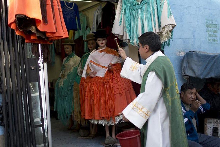 La Iglesia Católica boliviana alerta de la similitud en celebración de ritos, por parte de exsacerdotes. (Foto Prensa Libre: AP)
