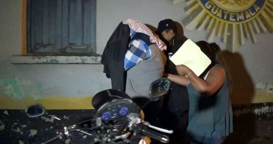 Las agentes aprehendidas en Santa Cruz del Quiché son trasladadas a un juzgado de la localidad. (Foto Prensa Libre: Óscar Figueroa)