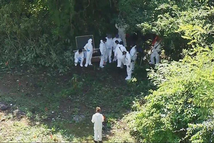 Un grupo de forenses trabaja en basurero de Ayotzinapa.