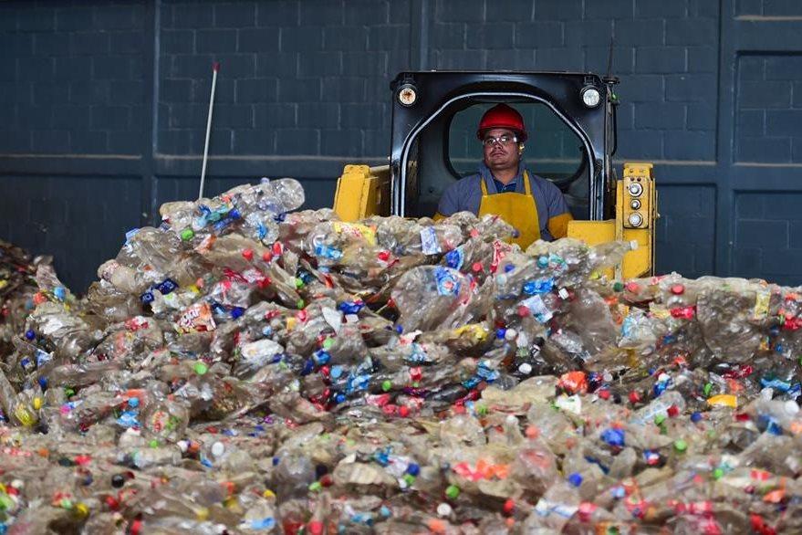 Miles de toneladas de reciclaje se procesan diariamente en México. (Foto Prensa Libre: AFP)
