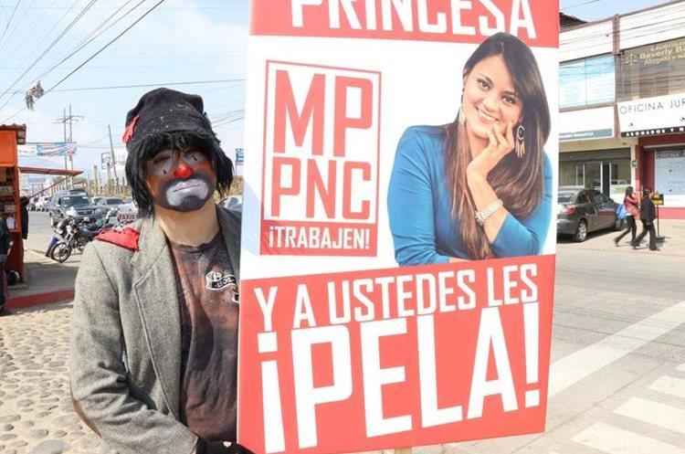 Érick Lancerio se disfrazó de payaso triste para exigir justicia por la muerte de su novia, Sandra Barrios, en Quetzaltenango. (Foto Prensa Libre: María José Longo)