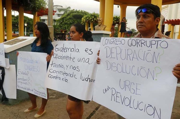 En Retalhuleu, vecinos también protestaron contra los diputados del Congreso de la República.
