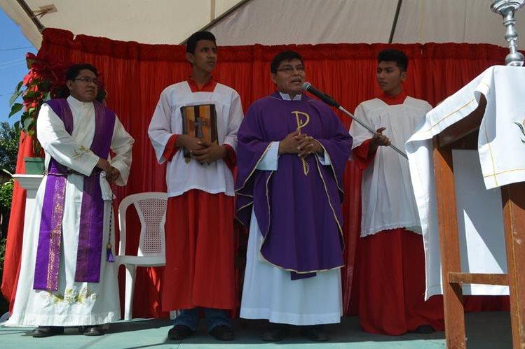 El padre Pedro Vicente dirige la primera misa oficiada en el barrio Monterrey, cabecera de Retalhuleu. (Foto Prensa Libre: Jorge Tizol)