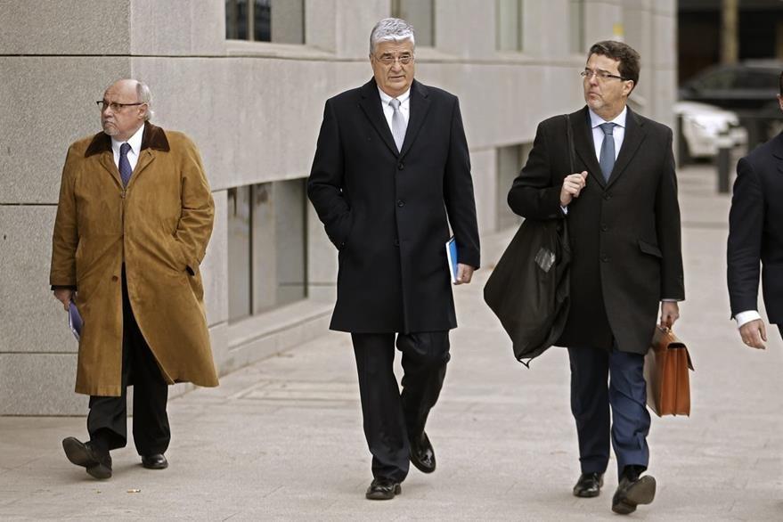 Carlos Vielmann -al centro- junto a sus abogados en diligencias por su proceso penal. (Foto Prensa Libre: AP)