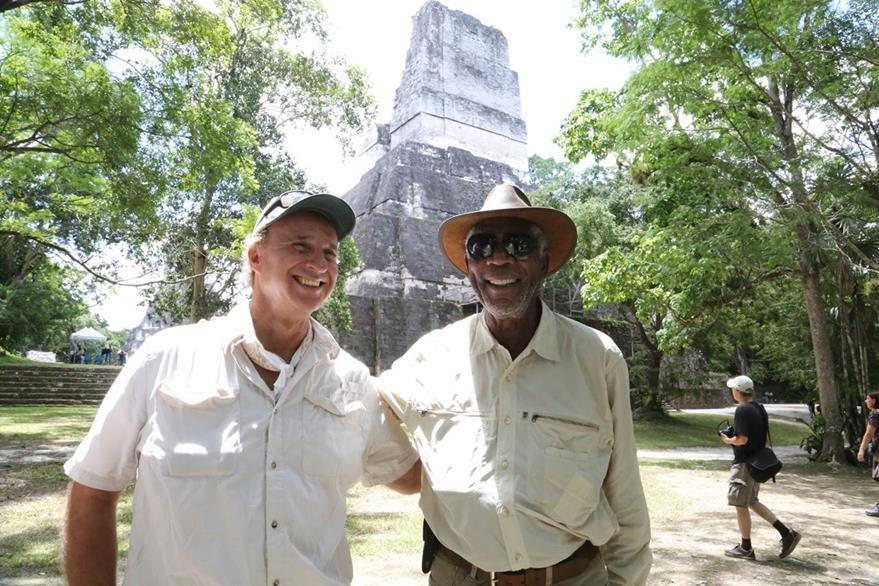 El arqueólogo  Richard D. Hansen acompañó a Freeman en su recorrido por Tikal. (Foto Prensa Libre: Rosendo Morales)