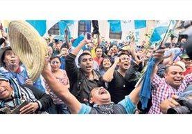 Foto emblemática del 1 de septiembre de 2015: un ciudadano celebra la decisión del Congreso de quitarle derecho de antejuicio al entonces presidente Otto Pérez Molina. (Foto: Hemeroteca PL)