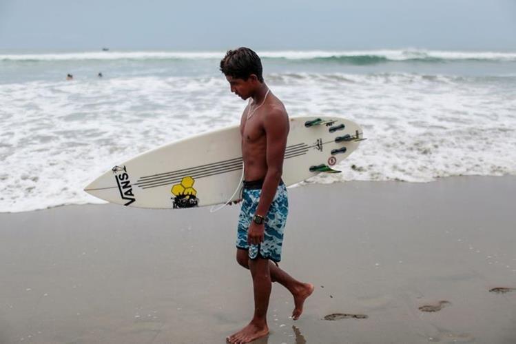 Joven surfista de Acapulco, de escasos recursos, relata que la violencia le impide entrenar con libertad. (Foto Prensa Libre: AFP)