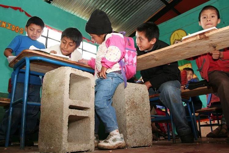 Las malas condiciones en muchas escuelas complican el regreso a clase para miles de niños. (Foto Prensa Libre: HemerotecaPL)