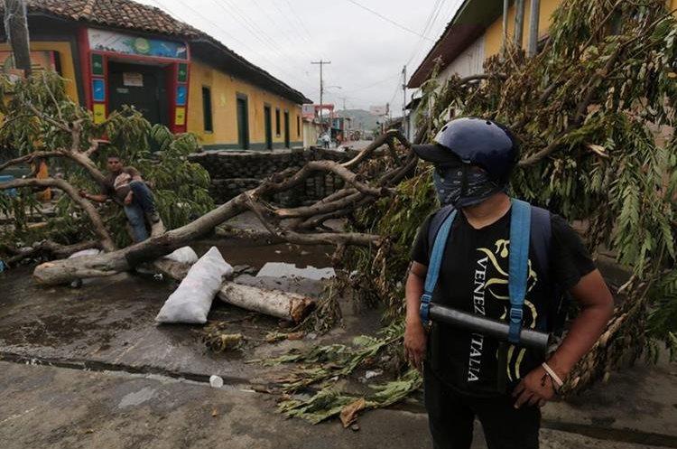 Manifestantes antigubernamentales permanecen en una barricada improvisada en la ciudad de Masaya, a 35 km de Managua.(AFP).