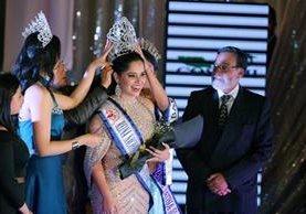 La ganadora, Allisson Valdéz, de 16 años, originaria de Izabal, fue coronada por el alcalde municipal Luis Grijalva. (Foto Prensa Libre: Carlos Ventura)