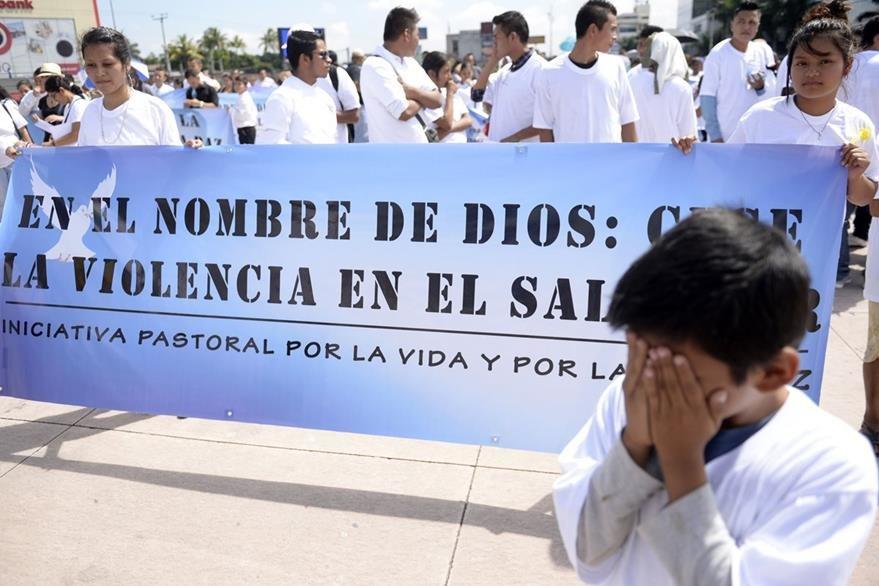 Activistas marchan en el 2015 en la capital salvadoreña para exigir el cese de la violencia. (Foto Hemeroteca PL).