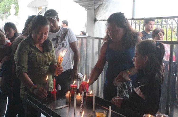 Los devotos depositan velas en un recinto especial de la Basílica de Esquipulas. (Foto: Hemeroteca PL)
