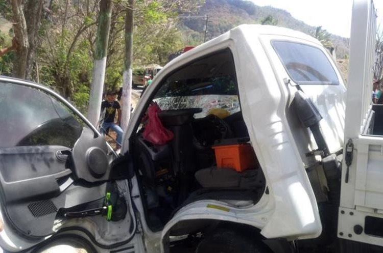 El conductor del camión comentó que viajaba hacia la capital, pero el otro vehículo rebasaba en curva. (Foto Prensa Libre: Cortesía Cruz Roja)
