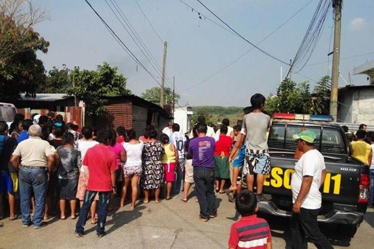 Agentes de la PNC recaban evidencias afuera de una venta de tortillas, donde fue ultimada una mujer. (Foto Prensa Libre: Carlos E. Paredes)