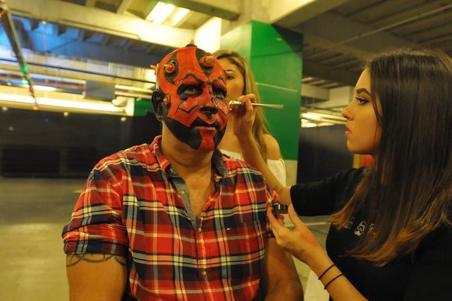 Los asistentes pudieron ver el proceso de maquillaje del personaje de Darth Maul. (Prensa Libre: Ana Lucía Ola).