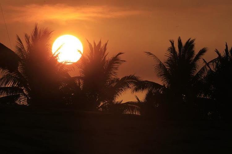 El amanecer vistoso en la playa de Monterrico. (Foto Prensa Libre: Carlos Hernández)