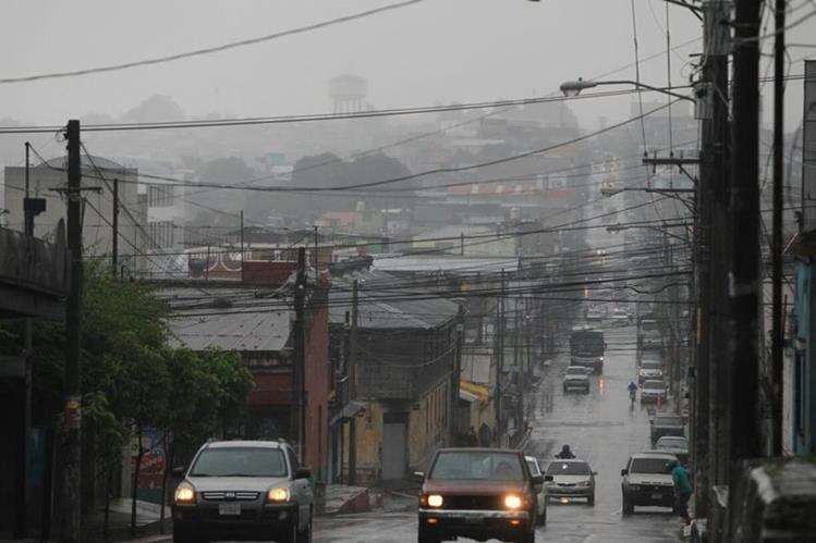 El Insivumeh recomienda a la población abrigarse durante la madrugada y noche por las bajas temperaturas. (Foto Prensa Libre: Esbin García)