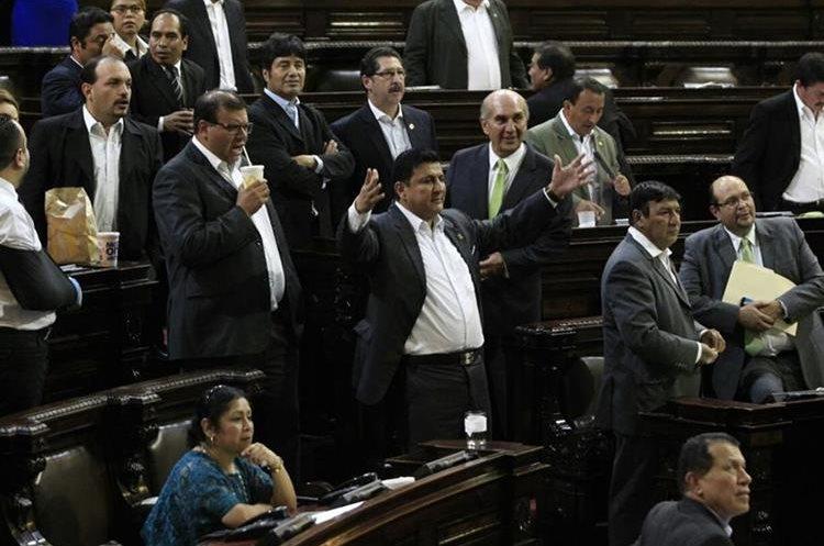 Diputados exigen prestaciones. (Foto Prensa Libre: Carlos Hernández)