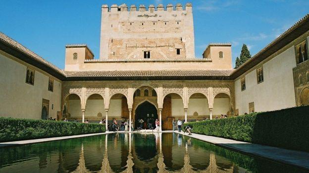 En el Patio de los Arrayanes hay un poema de 12 versos que rememora la conquista por los árabes de Algeciras.