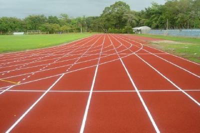 La pista del  Complejo Deportivo de Puerto Barrios, Izabal, fue instalada por una empresa de Monzón Rojas. (Foto Prensa Libre: canchas-deportivas.com)