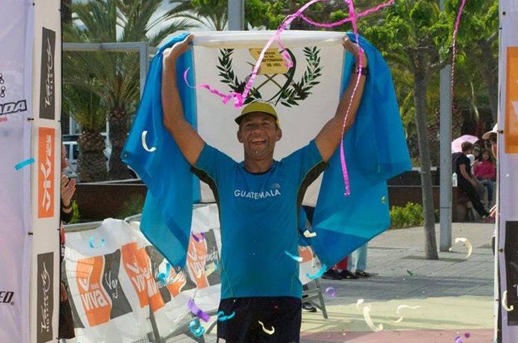 Juan Carlos Sagastume cruza la meta y se apodera del primer lugar del Ultra Mallorca Man. (Foto Prensa Libre: Cortesía CDAG).