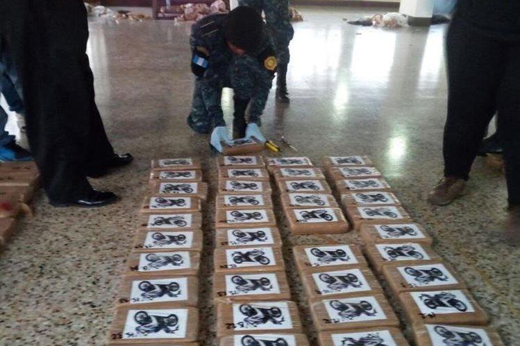 Autoridades decomisaron una embarcación con 744 paquetes con cocaína. (Foto Prensa Libre: Cortesía PNC)