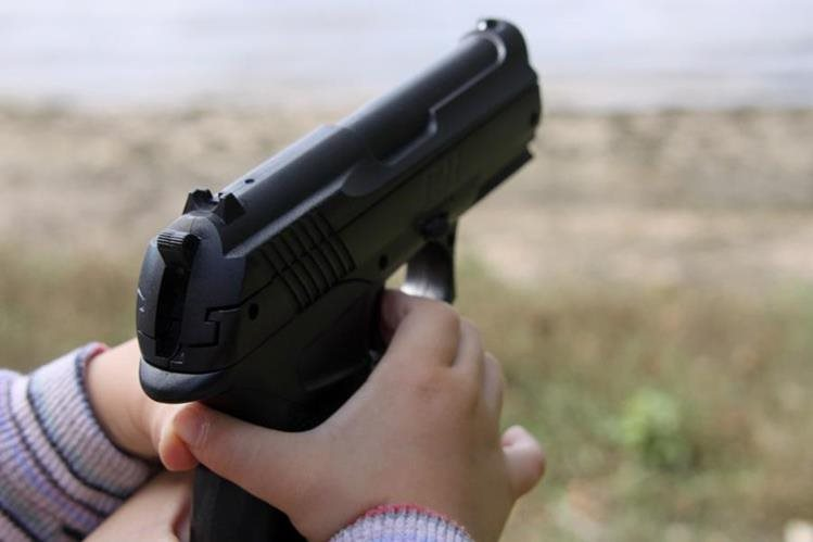 Policía investiga cómo el arma llegó a manos del niño. (Foto referencial del sitio eldia.com.do)