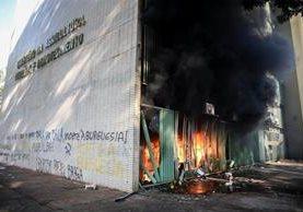 La sede del Ministerio de Agricultura arde durante manifestaciones contra Temer en Brasil. (EFE)