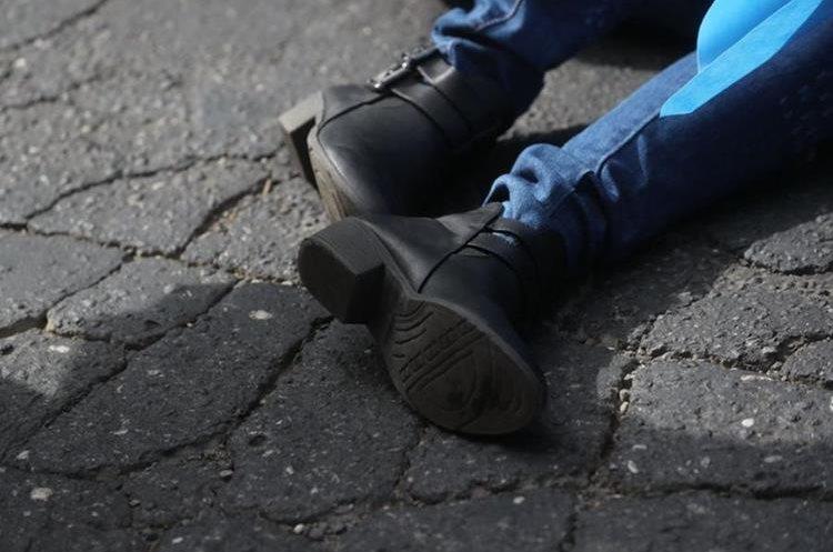 El cuerpo permanece sobre la 7a. calle y 3a. avenida de la zona 18. (Foto Prensa Libre: Erick Ávila)