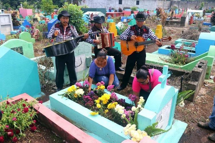 Desde temprano cientos acudieron al cementerio en Retalhuleu para recordar a sus madres.(Foto Prensa Libre: Rolando Miranda)