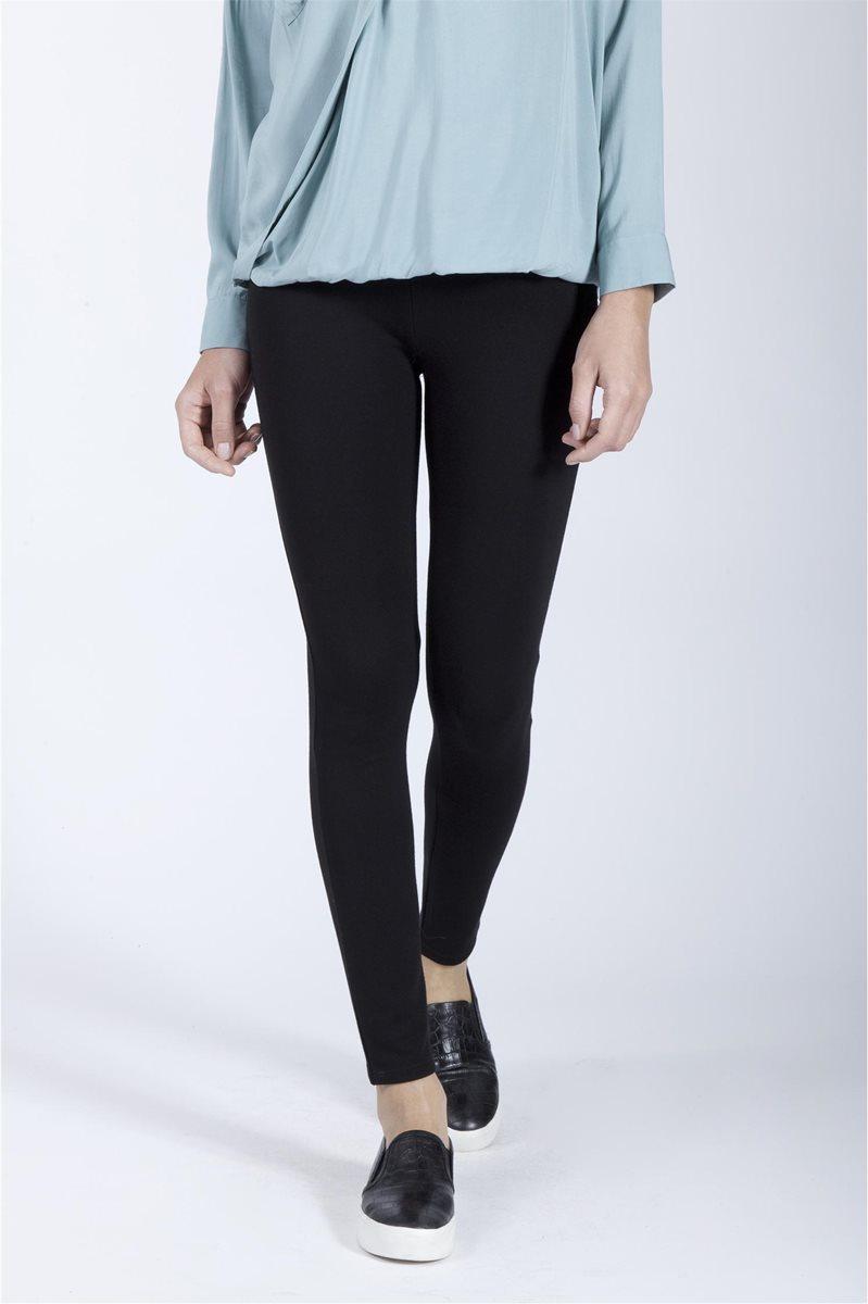 para una  ocasión informal, los leggins se usan con zapatillas.