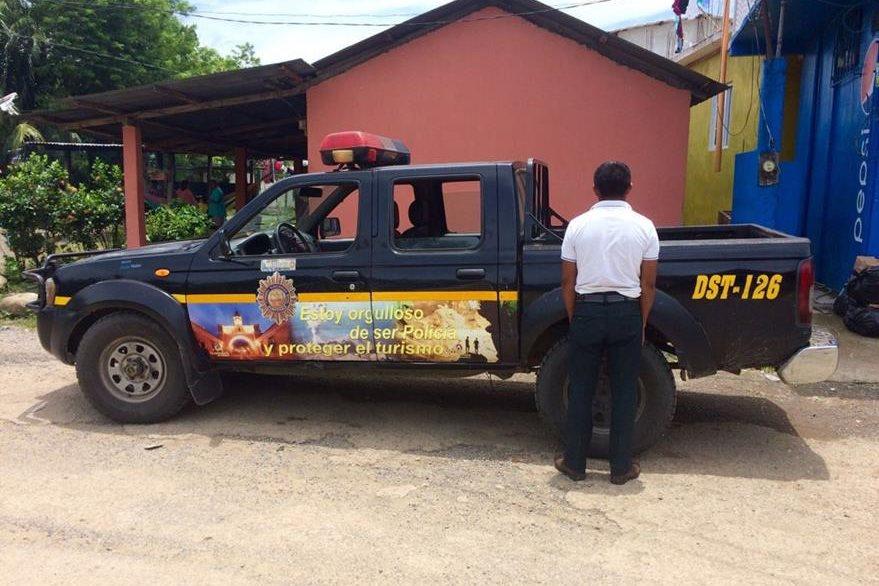 El estudiante permanece junto a un autopatrulla de la PNC. (Foto Prensa Libre: Dony Stewart).