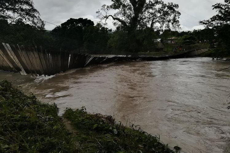 El puente colgante que comunica El Arenal con Melchor de Mencos colapsó, unas 150 familias están incomunicadas. (Foto Prensa Libre: Conred)