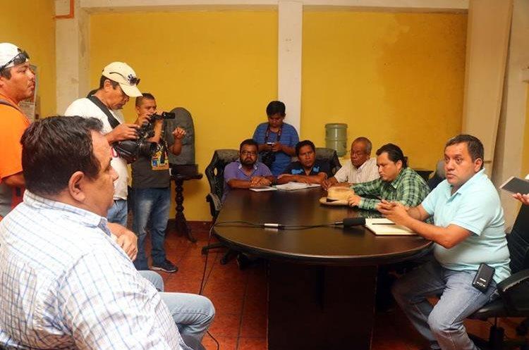 Autoridades ediles señalan que por recomendación de Conred deben trasladarlos. (Foto Prensa Libre: Rolando Miranda)