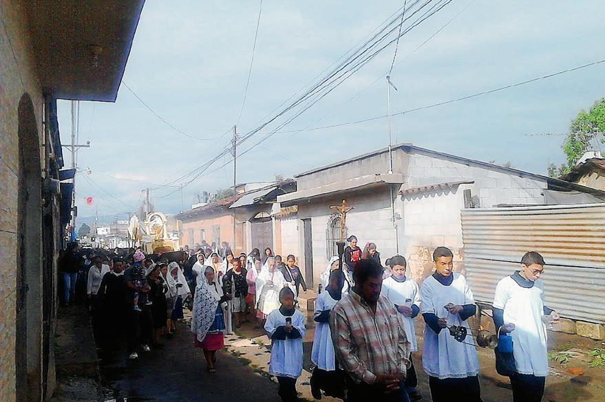 En el Tejar, Chimaltenango, los vecinos adornaron las  calles para el paso de la procesión del Santísimo. (Foto Prensa Libre: César Pérez)