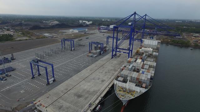 Luego de varias maniobras en la dársena, logró atracar el buque de contenedores en la TCQ. (Foto Prensa Libre: Álvaro Interiano)