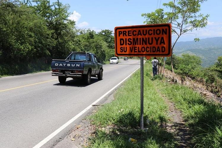En la ruta hay señales que advierten sobre la velocidad, pero algunos pilotos no la respetan. (Foto Prensa Libre: Mario Morales)