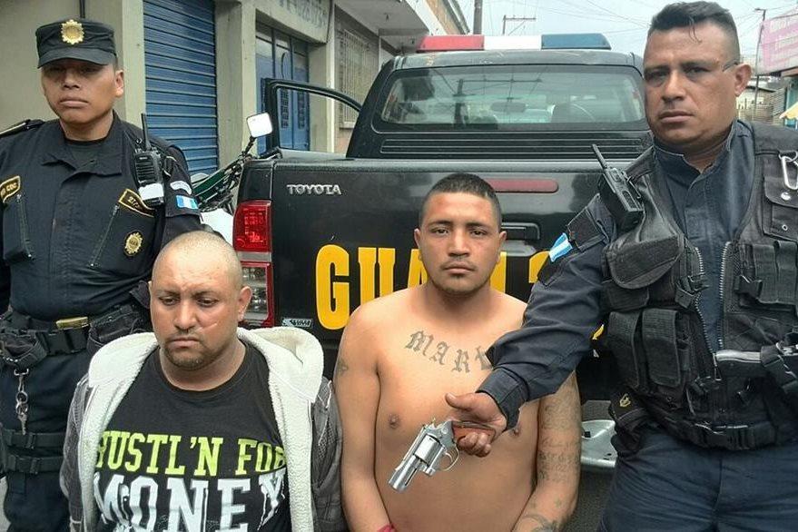 A los supuestos responsables del crimen se les incautó una pistola. (Foto Prensa Libre: Estuardo Paredes)