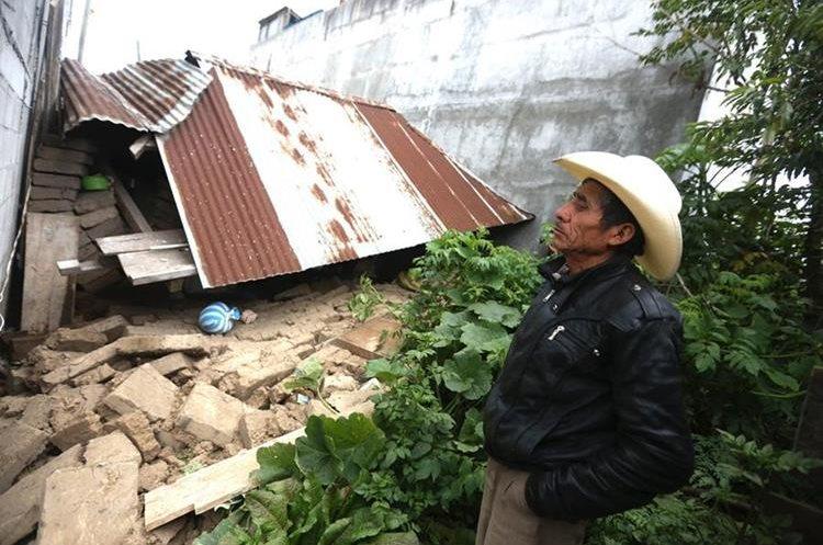 Luis de León observa los restos de su casa destruida en Tacaná, San Marcos. (Foto Prensa Libre: EFE)