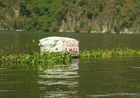 La vicepresidenta Roxana Baldetti supervisó el 23 de marzo la limpieza en el Lago de Amatitlán. (Foto Prensa Libre: Hemeroteca PL)