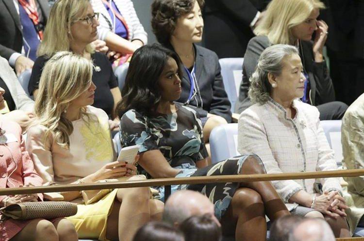 MCX03 NUEVA YORK (ESTADOS UNIDOS), 28/09/2015.- La primera dama estadounidense Michelle Obama (c) escucha a su marido durante su intervención en el debate anual de alto nivel de la Asamblea General de la ONU celebrado en su sede de Nueva York, Estados Unidos hoy 28 de septiembre de 2015. Gobernantes como el estadounidense Barack Obama comparten tribuna desde hoy y durante esta semana con otros dirigentes que se estrenan en este debate, como el cubano Raúl Castro y el chino Xi Jinping. EFE/Jason Szenes