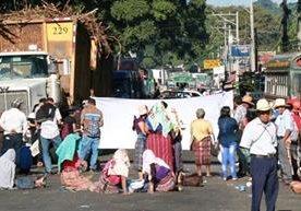 Carreteras bloqueadas causan estragos en comunidades.