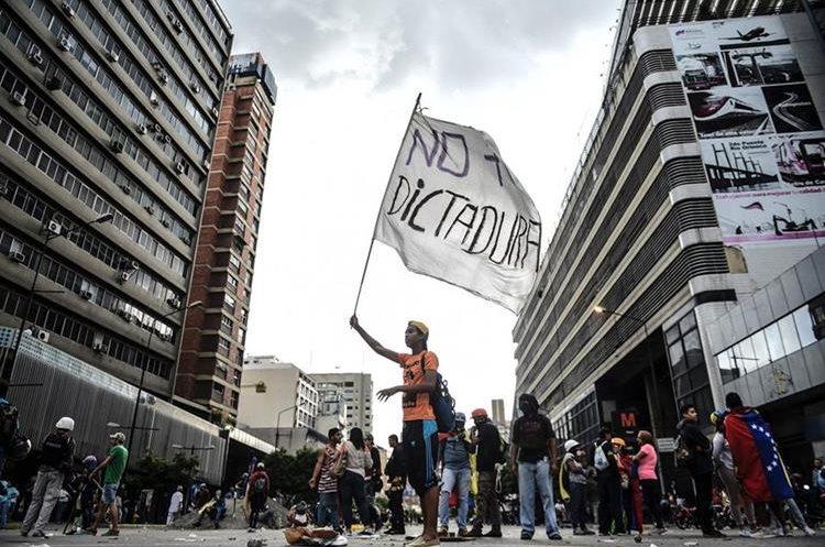 Un opositor participa en la protesta contra Nicolás Maduro en Caracas. (AFP).