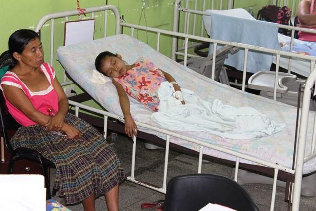 Xol cuida a su hija en el CRN de Izabal. (Foto Prensa Libre: Dony Stewart)