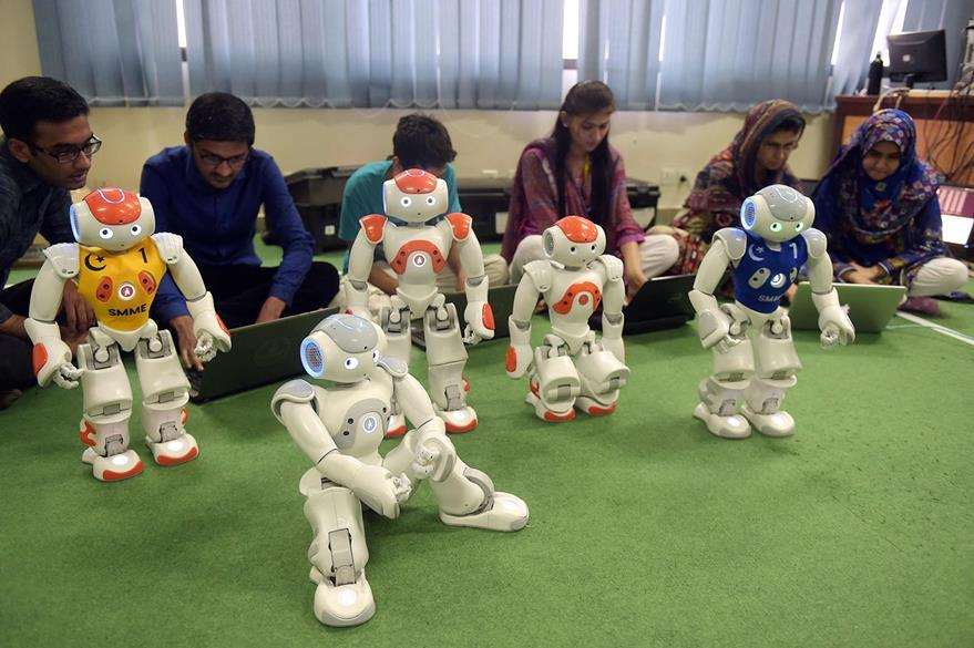 Cada uno de los robots son preparados para la competencia que terminará en el próximo mes. (Foto Prensa Libre: AFP)