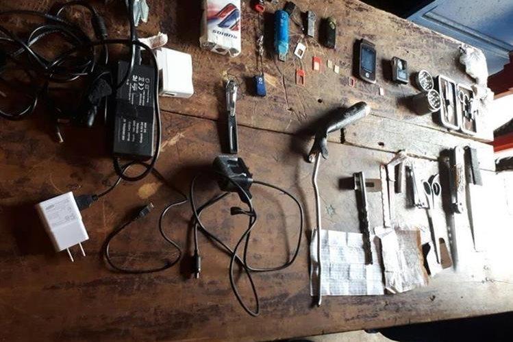 Algunas de las armas incautadas durante una requisa en la cárcel del Infiernito, en Escuintla. (Foto Prensa Libre: PNC)