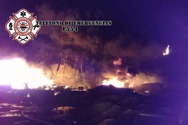 Incendio en recicladora en ruta al Pacífico. (Foto Prensa Libre: Bomberos Municipales Departamentales)