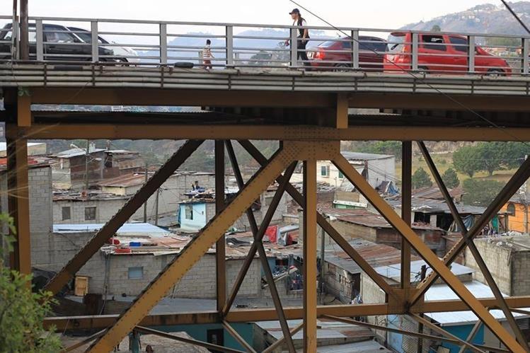 Familias que viven bajo el puente Belice podrían ser desalojadas temporalmente. (Foto Prensa Libre: Esbin García).